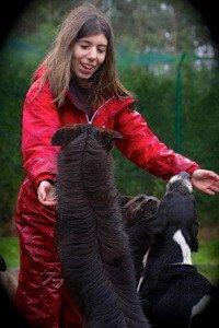 Andrea, jugando con los perros de CocoDiseño