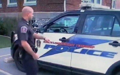 Un policía carga con un perro tras un accidente para salvarlo