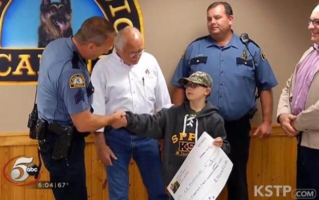 Ethan Flint entregando cheque